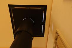 ホールの明かりとストーブの熱が通過